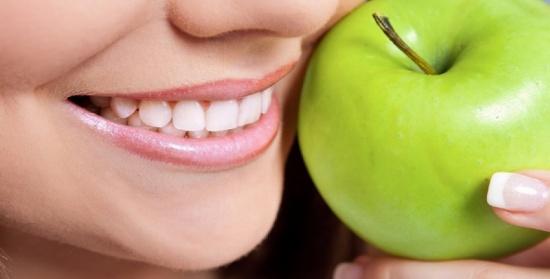 التفاح الأخضر.. طبيب أسنان في ثمرة فاكهة!