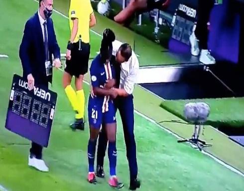 مدرب فريق باريس سان جيرمان يثير الجدل بعد لمس لاعبة بطريقة مريبة (فيديو)