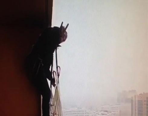 شاهد.. مغامر مجنون يقفز من شقة بالطابق الـ16