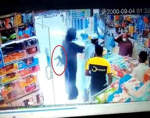 شاهد: شاب يسطو على بقالة.. ويطلق النار على عامل بسلاح رشاش في السعودية