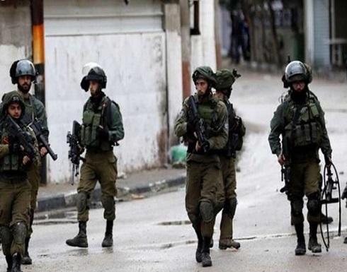 عشرات من جنود الاحتلال يعتقلون طفلا فلسطينيا بالشارع (شاهد)