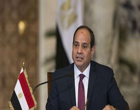 السيسي يعفو عن 712 سجيناً أغلبهم من النشطاء السياسيين