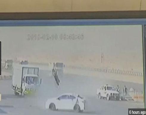 فيديو مروع لشخص يطير في الهواء صدمته سيارة (شاهد)