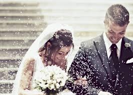 بالفيديو.. شاهد مفاجأة طفلة لعريس وعروسة في حفل الزفاف