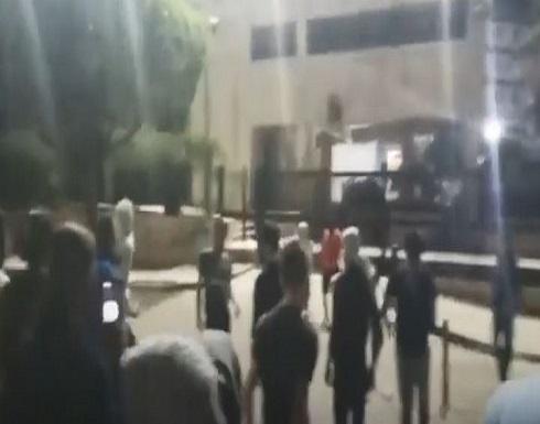 رمي حجارة ومفرقعات باتجاه مصرف لبنان في صيدا.. بالفيديو