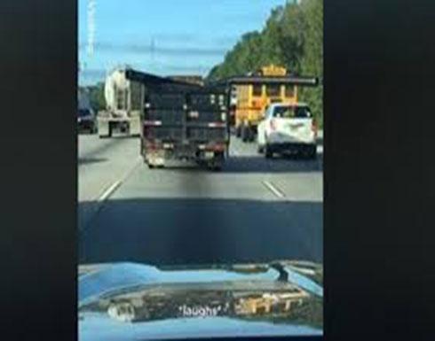 عمود يخرج من شاحنة يضرب السيارات على الطريق (فيديو)