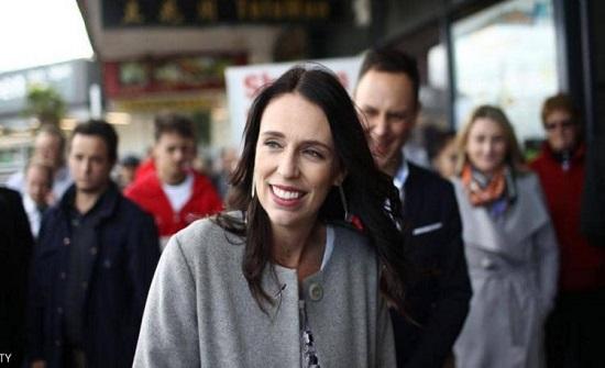 """طفلة تقدم 5 دولارات """"رشوة"""" لرئيسة وزراء نيوزيلندا لهذا السبب.. ما هو موقف الأخيرة!"""