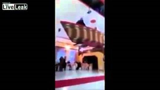 بالفيديو.. عريس يتسبب في كسر عنق عروسه بسبب دخلته الغريبة