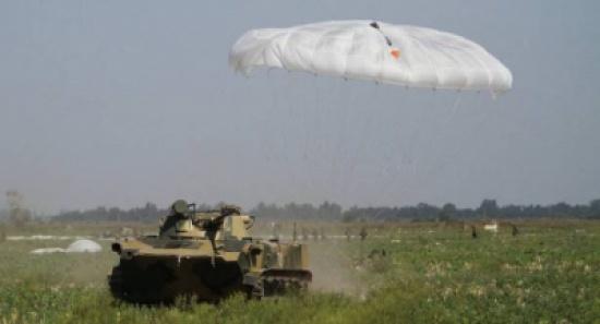 مظلة روسية لإنزال المركبات العسكرية من الجو (فيديو)