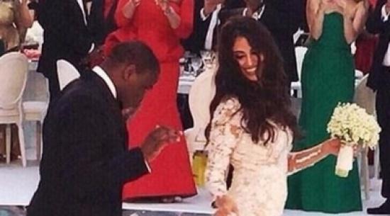بالصور: ملياردير يحتفل بزفافه بمليون زهرة وكعكة عملاقة
