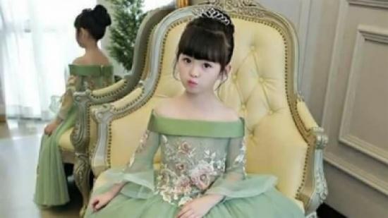 ملكة القلوب.. طفلة تبهر التواصل الإجتماعي بأزياء من تصميم والدتها