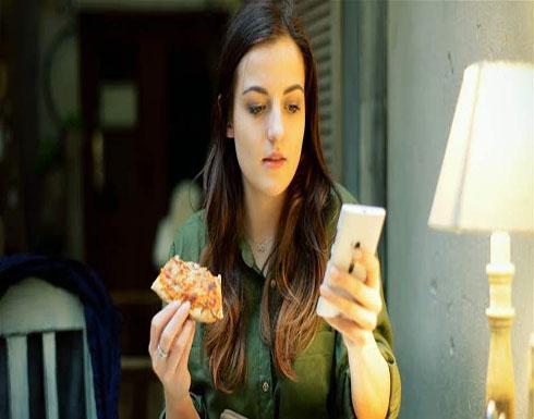 تحذير.. لا تستخدموا الهاتف أثناء تناول الطّعام!