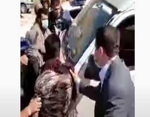 شاهد : غاضبون يعترضون موكب رئيسي والحراس يدفعون الناس