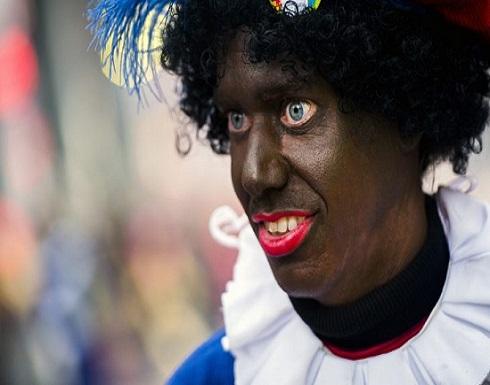 """فيسبوك يحظر نشر صور مساعد سانتا كلوز المثير للجدل """"بيتر الأسود"""""""