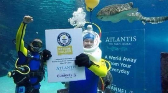 مذيع يحصد لقب غينيس لأطول فترة بث إذاعي من تحت الماء