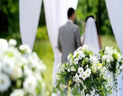 بالصور.. سيدة تحضر حفل زفاف زوجها إلى أخرى وتهنّئه