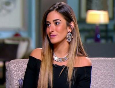 """أمينة خليل مع خطيبها احتفالًا بعقد القران.. والجمهور: لابسة """"قميص نوم"""""""