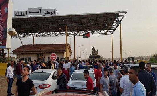 بالصور : احتجاز عشرات المواطنين والمركبات على الحدود الأردنية السورية