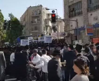 شاهد .. تظاهرة ليهود متشددين يرفضون الخدمة الإلزامية في إسرائيل