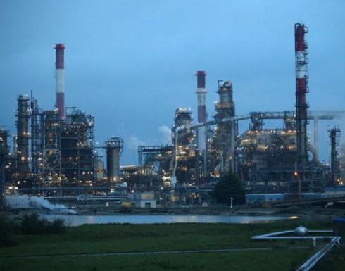 تباين أسعار النفط مع كبح تقارير بشأن رسوم على الصين موجة ارتفاع مبكرة