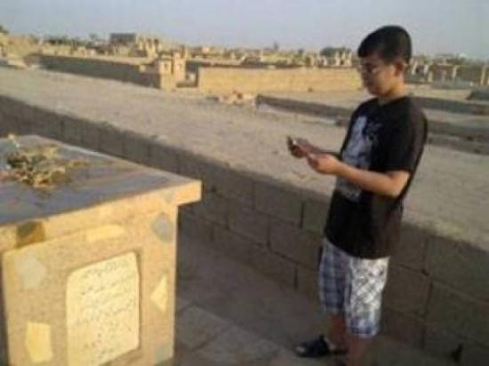 هل تعرف ماذا يحدث لوالديك عند زيارة قبرهما ؟
