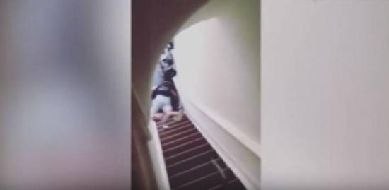 فيديو| مضيف يدفع بزائرة الفندق إلى أسفل الدرج والسبب صادم!