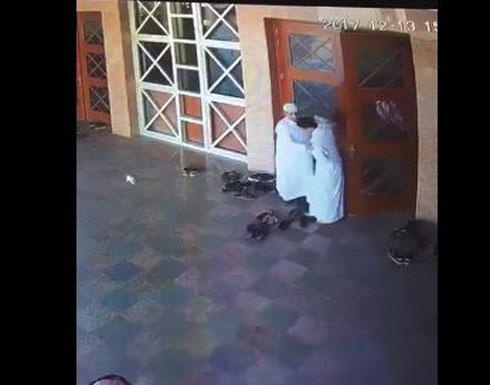 7 لصوص يسرقون المارة والمصلين في الرياض (فيديو)