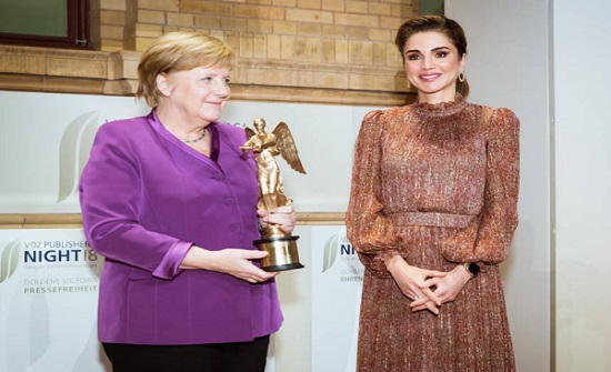 الملكة رانيا تقدم جائزة فكتوريا الذهبية الفخرية لـ أنجيلا ميركل
