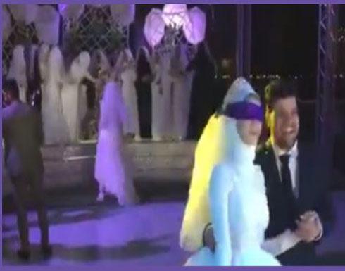 رد فعل عروس ارتدت صديقاتها فساتين زفاف في الفرح (فيديو)