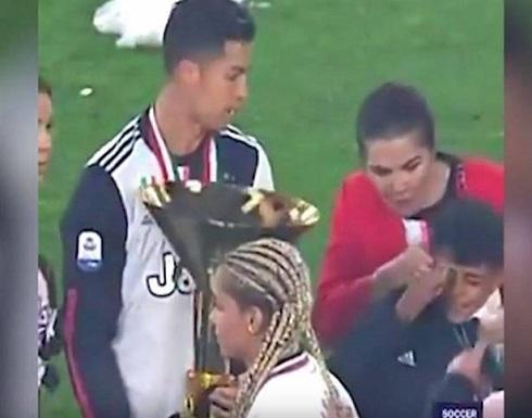 """بالفيديو: رونالدو """"يضرب"""" ابنه بالكأس... وخطيبته!"""