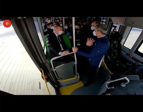 أردوغان يتوجه إلى اجتماع الحكومة بحافلة تركية ذاتية القيادة .. شاهد