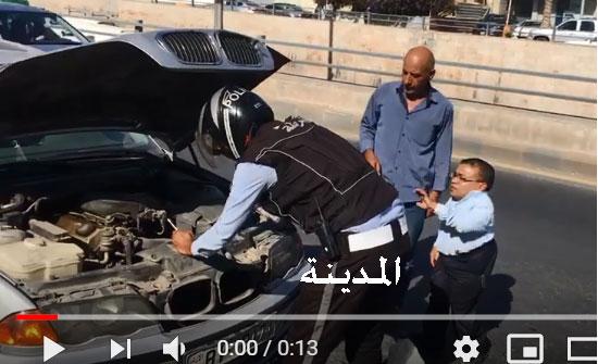 فيديو : رقيب سير يصلح سيارة مواطن