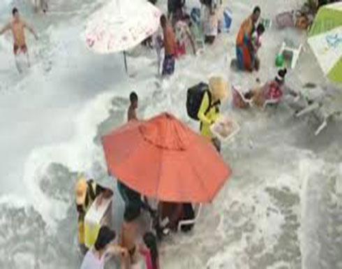 صور : موجة هائلة تضرب مصطافين على الشاطئ وتتسبب في ذعرهم