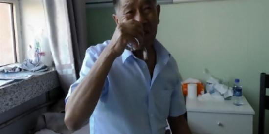 بالفيديو.. مسن يعيش 30 عاما على أكل الزجاج