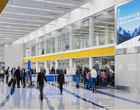 تجرد من ملابسه.. مسافر يسير عاريًا في مطار لوس انجلوس