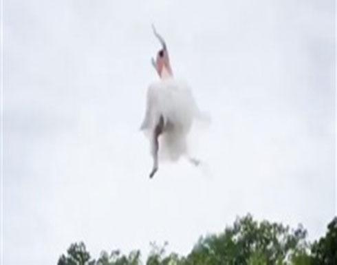 بالفيديو : عروس مجنونة تقفز بفستان الزفاف في بحيرة