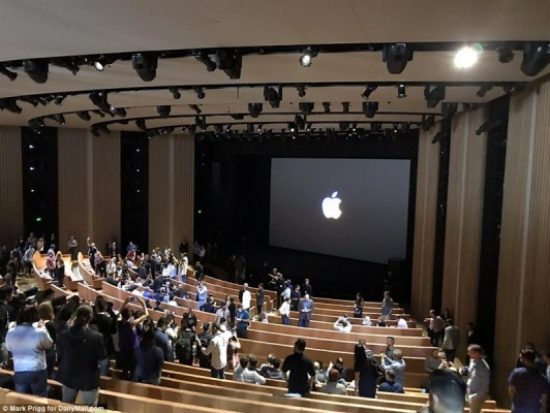 """أول صور لحدث """"آبل"""" من داخل مسرح """"ستيف جوبز"""" للإعلان عن """"آيفون"""" الجديد"""