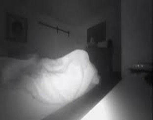 لقطات مرعبة لأب يرصد شبحا يجلس على سرير كل ليلة (فيديو)