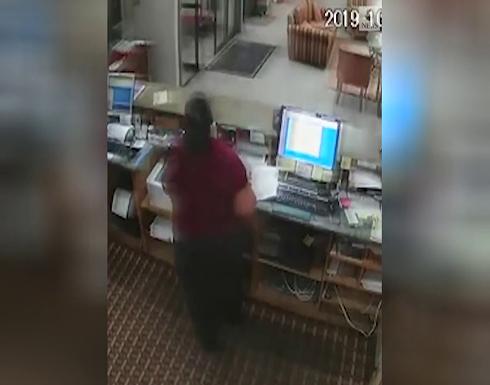 فيديو : لصٍّ في امريكا نسي سلاحه وهو يسرق و كاد ان يموت