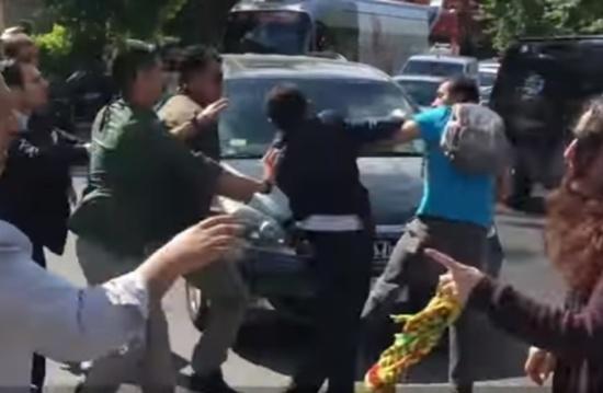 بالفيديو .... مشاجرة بين حرس الرئيس التركي وعناصر من حزب العمال الكردستاني في واشنطن