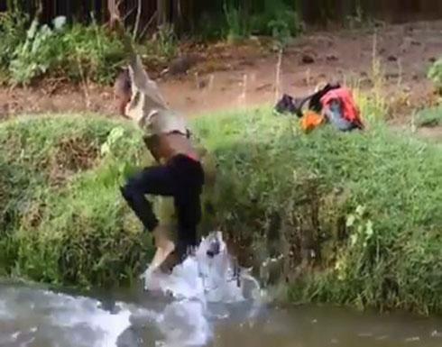 رد فعل شاب لحظة خروج شخص من البحر بدلا من سمكة (فيديو)