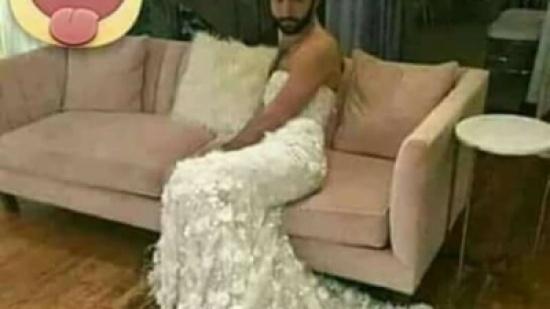 مطلوب حيا أو ميتا.. شاب يرتدي فستان زفاف في زواجه من زميله