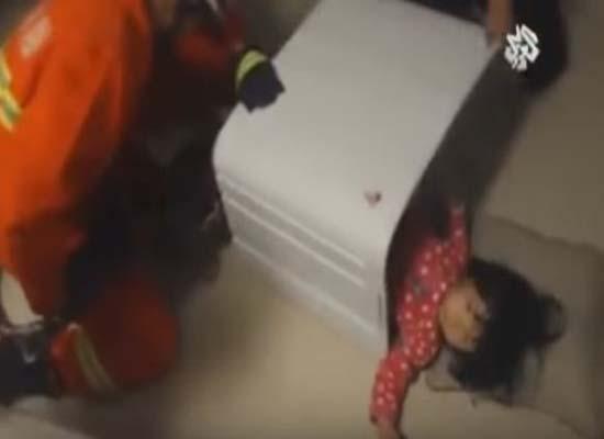 فيديو: إنقاذ طفلة صينية في الثانية من عمرها علقت داخل الغسالة