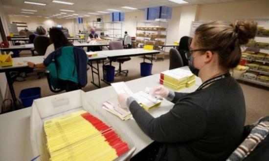 موظف بخدمة البريد الأمريكية يعترف باختلاق اتهامات حول مخالفات في التصويت