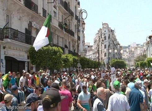الجزائريون يحتفلون باعتقال مسؤولين ويواصلون التظاهر
