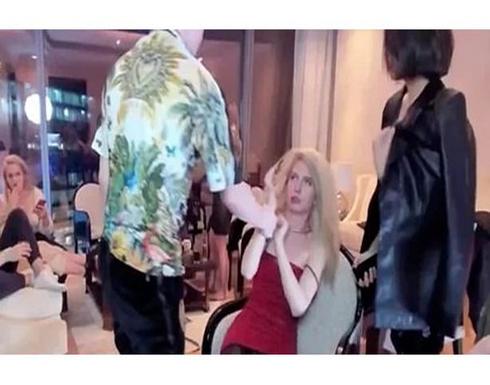 فضيحة.. مطرب شهير يضرب عارضة أزياء في لايف فيسبوك