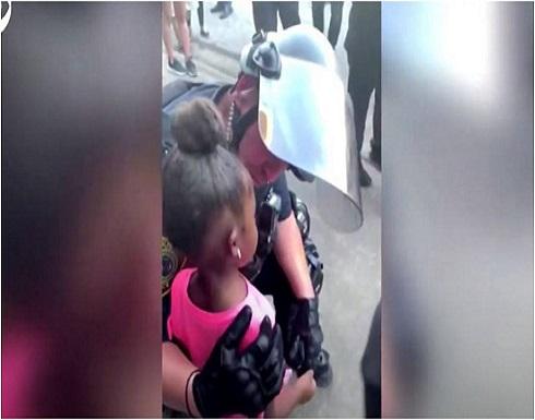 شاهد: رد فعل شرطي أمريكي توسلت له طفلة بألا يطلق النار عليها