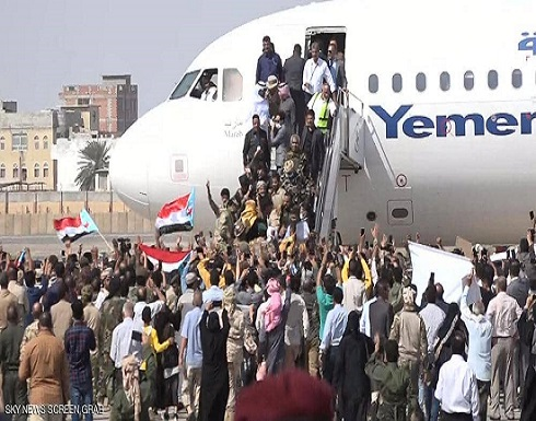 انفجاران في مطار عدن لحظة وصول الحكومة اليمنية الجديدة
