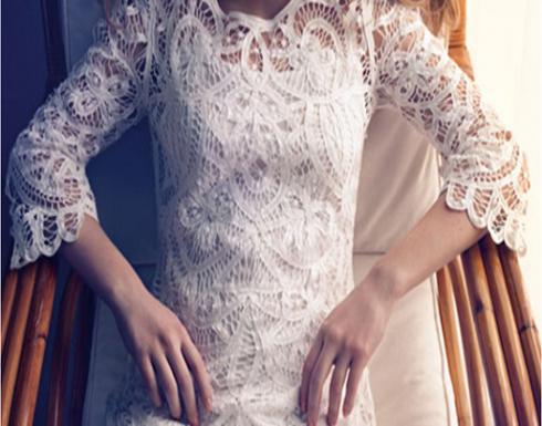 ترتدي فستان زفافها في جميع اعمالها اليومية.. والسبب