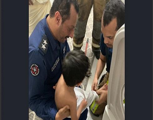 تحرير طفل كويتي بعد انحشاره في غسالة منزله (صور)